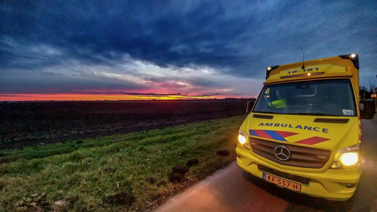 Ambulance bij zonsondergang
